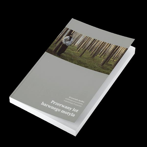 """Okładka książki """"Przerwany lot barwnego motyla"""". Na okładce w kolorze szarym widoczne zdjęcie, a na nim Krzysztof Spałek w lesie."""